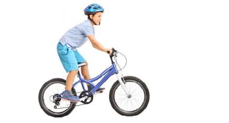 Un jeune garçon à vélo.